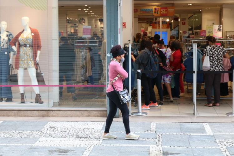 São Paulo - Comércio de rua reaberto após início da fase de transição do Plano São Paulo para combate à covid-19, no centro da capital. (Foto: Rovena Rosa/Agência Brasil)