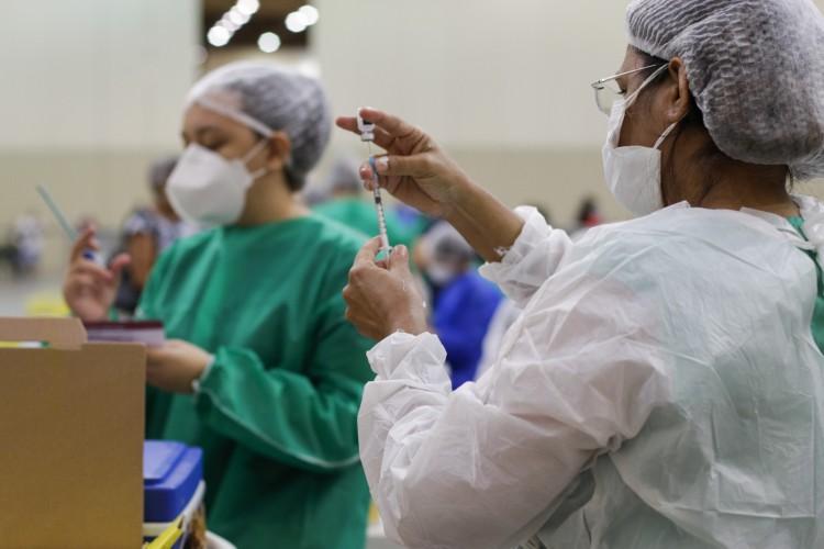 Vacinação em Fortaleza no Centro de Eventos. Confira lista de agendados para este domingo, 27 de junho (27/06) (Foto: Thais Mesquita)