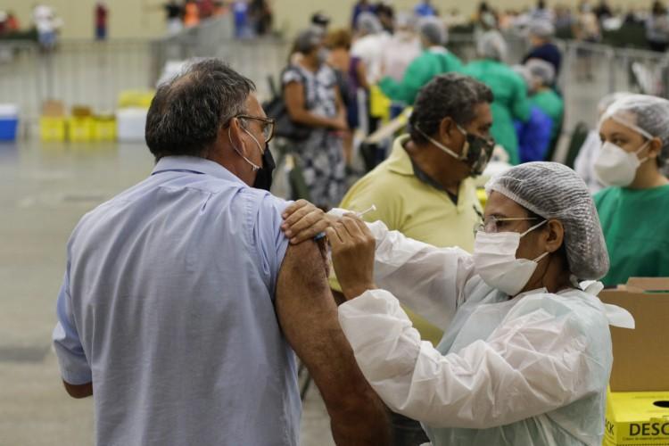 Vacinação da população em geral (18 a 59 anos) começou no último domingo, 6, em Fortaleza (Foto: Thais Mesquita)
