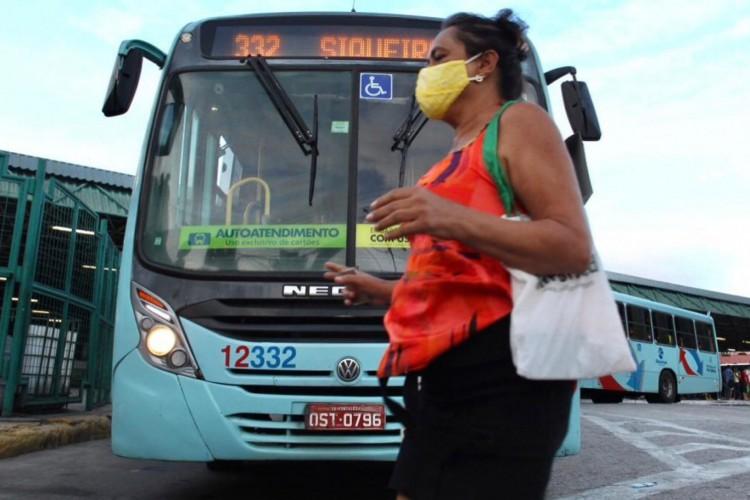 Greve parcial dos motoristas de ônibus em Fortaleza nesta terça-feira, 8 (Foto: Fábio Lima/ O POVO)