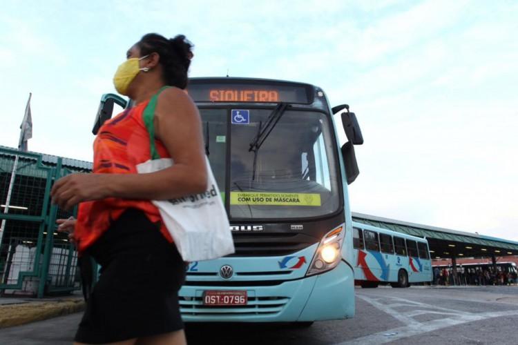 Terminal do Siqueira registrou paralisação por volta das 7h30min (Foto: Fábio Lima/ O POVO)