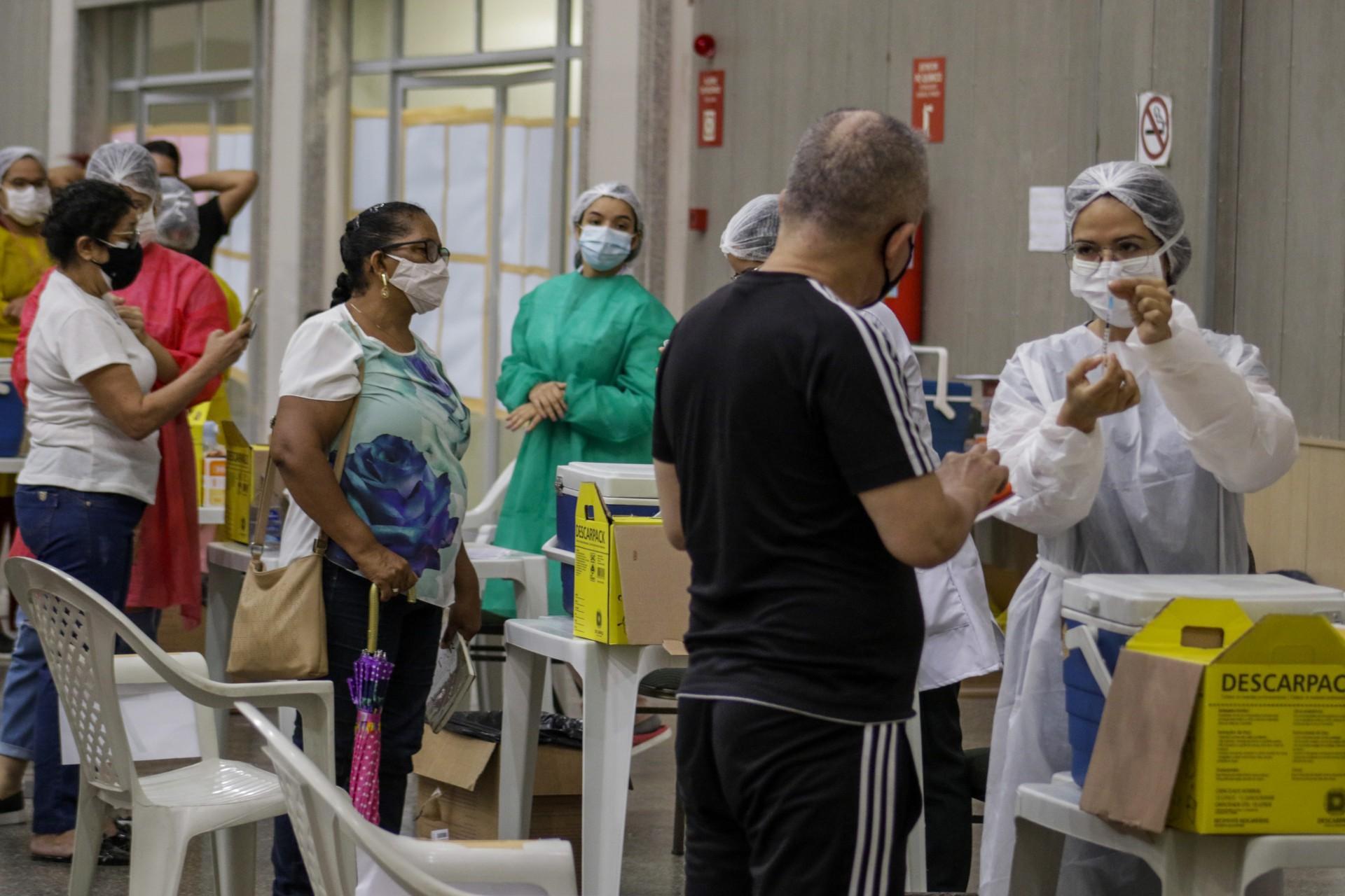 Fortaleza está vacinando população geral de 59 a 45 anos em paralelo com pessoas dos grupos prioritários que ainda não foram imunizadas