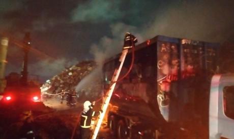 Os militares chegaram até as chamas por meio de uma escada prolongável