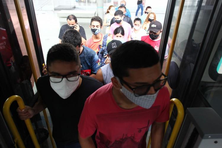 FORTALEZA,CE, BRASIL, 09.06.2021: Segundo dia da greve dos motoristas de ônibus. Terminal Antonio Bezerra.  (Fotos: Fabio Lima/O POVO) (Foto: FABIO LIMA)