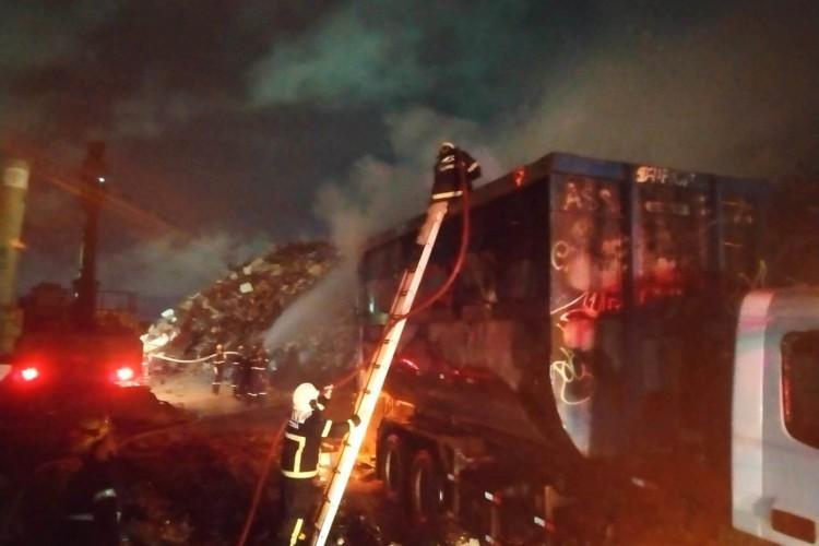 Os militares chegaram até as chamas por meio de uma escada prolongável (Foto: CBMCE/Reprodução)