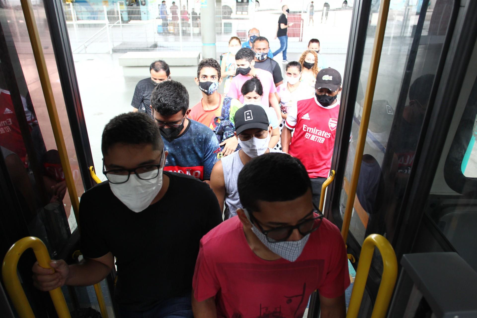 PASSAGEIROS relataram dificuldade no transporte coletivo ontem