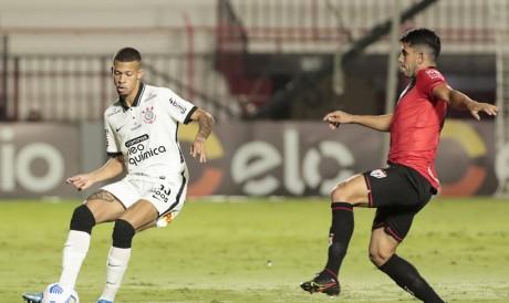 Jogadores disputam bola no jogo Atlético-GO x Corinthians, no Antônio Accioly, pela Copa do Brasil