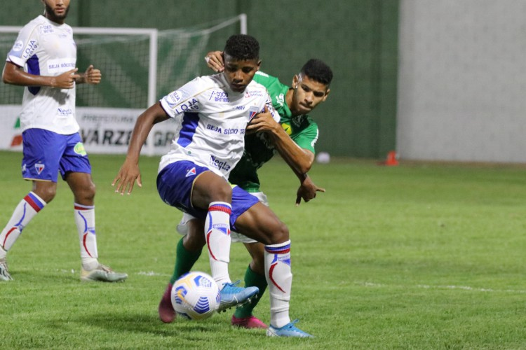 Jogadores disputam bola no jogo Cuiabá x Fortaleza, no estádio Dito Souza, pelo Campeonato Brasileiro de Aspirantes (Foto: ASSCOM DOURADO)