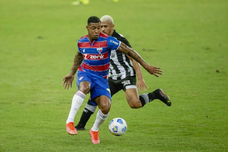David protege a bola da marcação de Fernando Sobral (Foto: Aurelio Alves)
