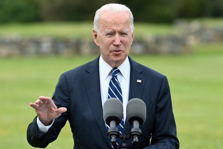 O presidente dos EUA, Joe Biden, discursa sobre a pandemia COVID-19, em St Ives, Cornualha,  antes da cúpula do G7.  (Foto: BRENDAN SMIALOWSKI / AFP)