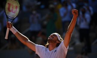 O grego Stefanos Tsitsipas venceu o alemão Alexander Zverev e se classificou à final de Roland Garros