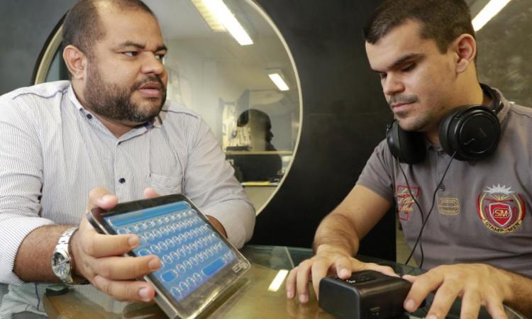 Heyde Leão e Carlos Viana, repórter do O POVO e deficiente visual, que testou a plataforma Biblioteca Acessível, em 2016