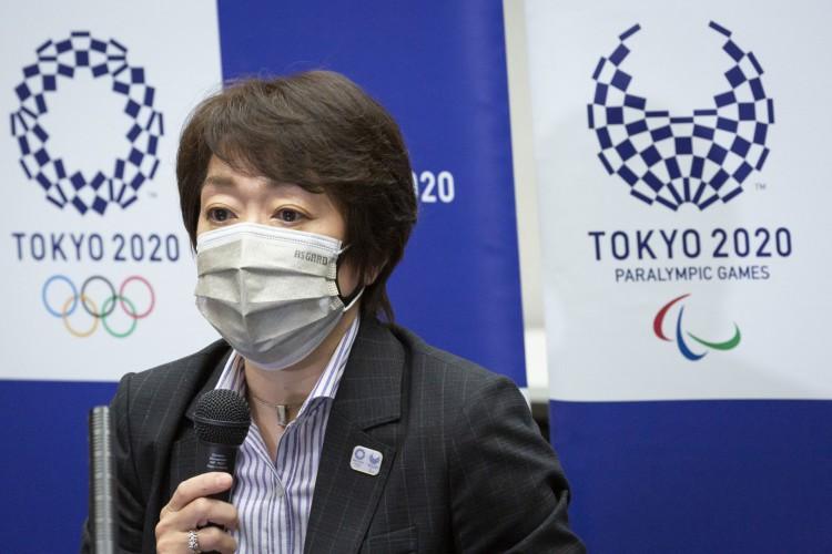 Seiko Hashimoto, presidente do Comitê Organizador das Olimpíadas de Tóquio 2020, fala durante uma coletiva de imprensa  (Foto: Yuichi Yamazaki / POOL / AFP)