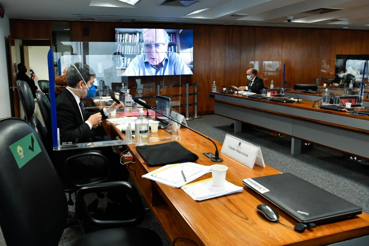 Brasilia em 11 de julho de 2021, Comissão Parlamentar de Inquérito da Pandemia (CPIPANDEMIA) realiza audiência pública interativa para ouvir o depoimento de especialistas convidados a respeito de aspectos técnicos da Covid-19.  Os parlamentares requerentes da audiênica, citam a trajetória pública e acadêmica nacional e internacional dos profissionais nas justificativas, afirmando que os cientistas têm condições de esclarecer o país sobre a melhor forma de enfrentamento à pandemia de covid-19.  Senador Tasso Jereissati (PSDB-CE) em pronunciamento via videoconferência.  Mesa: vice-presidente da CPIPANDEMIA, senador Randolfe Rodrigues (Rede-AP); microbiologista e pesquisadora da Universidade de São Paulo (USP), Natalia Pasternak; relator da CPIPANDEMIA, senador Renan Calheiros (MDB-AL).  À bancada, senador Jorginho Mello (PL-SC).  Foto: Waldemir Barreto/Agência Senado (Foto: Waldemir Barreto/Agência Senado)