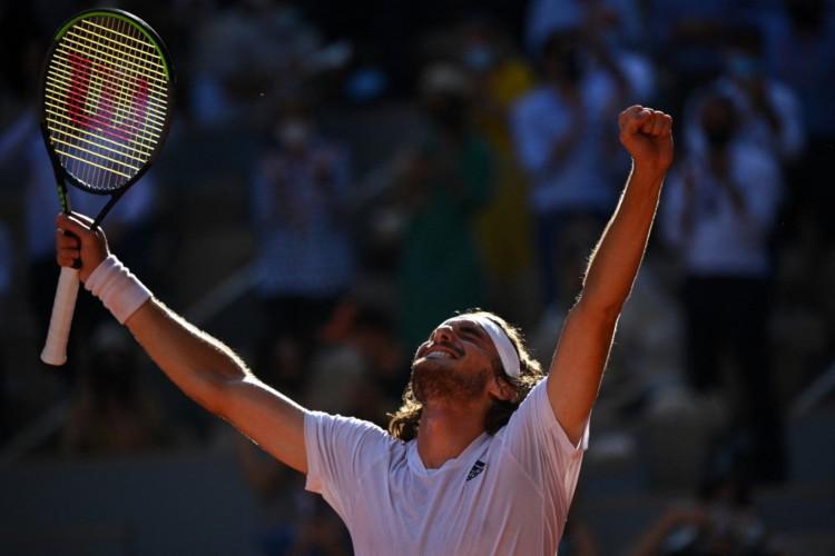 O grego Stefanos Tsitsipas venceu o alemão Alexander Zverev e se classificou à final de Roland Garros (Foto: Anne-Christine Poujoulat/AFP)