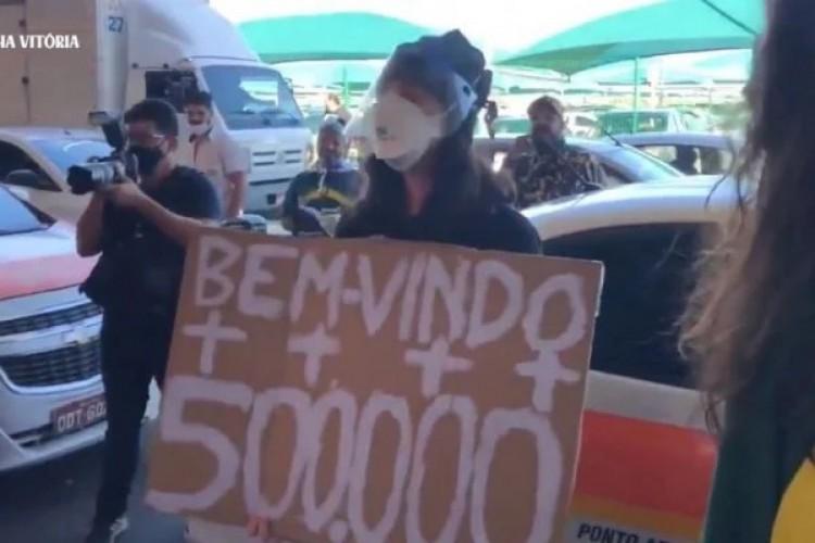 Jovem é hostilizada por apoiadores de Bolsonaro em Vitória, no Espírito Santo (Foto: REPRODUÇÃO/ TWITTER)