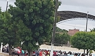 A aglomeração aconteceu em uma escola no município