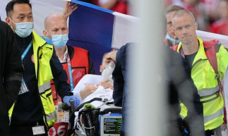 Christian Eriksen enquanto era retirado do Estádio Parken