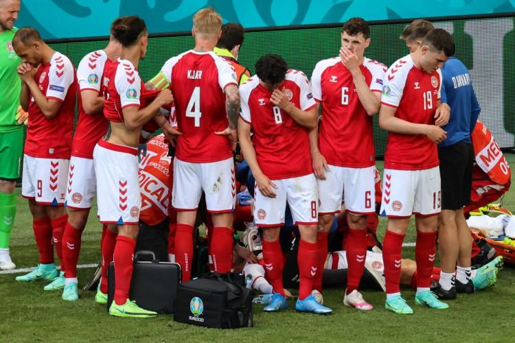 Meia Christian Eriksen passou mal em jogo da Dinamarca contra a Finlândia na Eurocopa (Foto: WOLFGANG RATTAY / various sources / AFP)