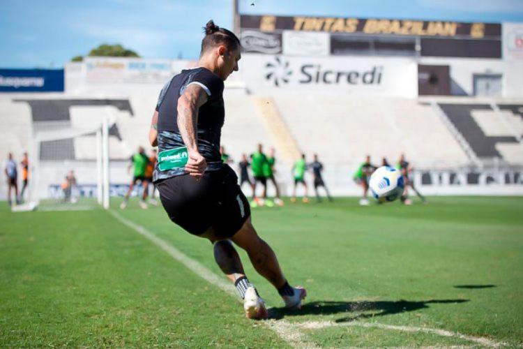 Vina treina cobrança de escanteio no estádio Moisés Lucarelli, em Campinas, na preparação do Ceará para enfrentar a Chape (Foto: Israel Simonton/CearaSC)