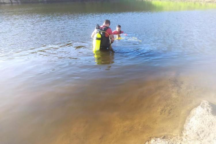O corpo foi resgatado por mergulhadores do Corpo de Bombeiros (Foto: Divulgação/Corpo de Bombeiros)