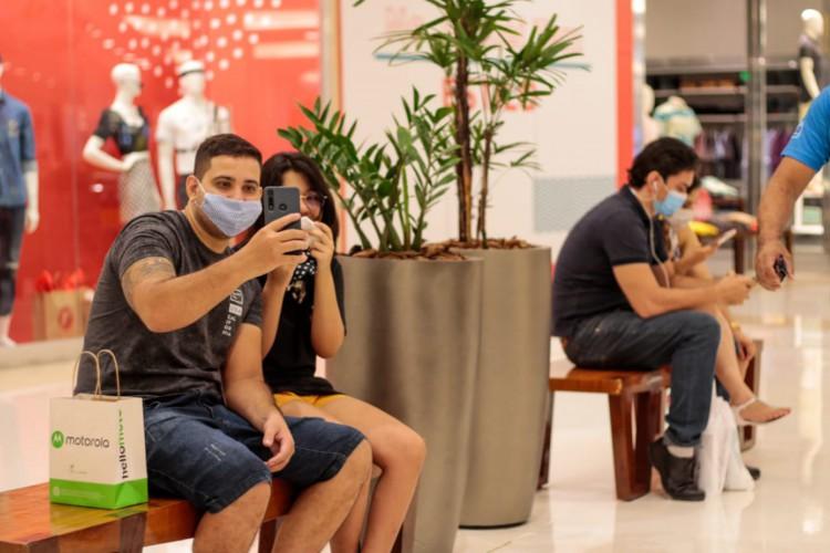 Nos shoppings centers de Fortaleza foi possível notar uma presença significativa de casais no Dia dos Namorados (Foto: Bárbara Moira)