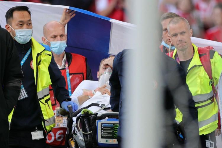 Christian Eriksen enquanto era retirado do Estádio Parken (Foto: WOLFGANG RATTAY / AFP / POOL)