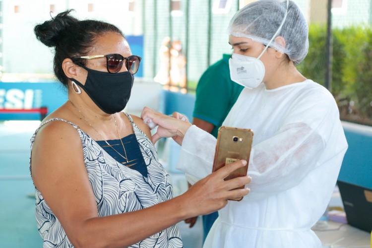 Fortaleza iniciou a vacinação da população geral, ou seja, das pessoas fora dos grupos prioritários (Foto: Barbara Moira)