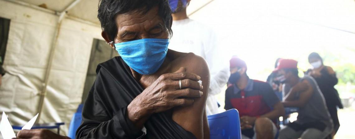 Vacinação na aldeia indígena Umariaçu, próximo a Tabatinga, Amazonas. (Foto: Marcelo Camargo/Agência Brasil)