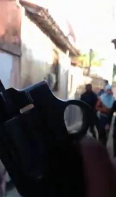 Frame de vídeo gravado por criminosos em que invadiam ruas do bairro Tapabuazinho ameaçando rivais (Foto: Reprodução/Whatsappp)