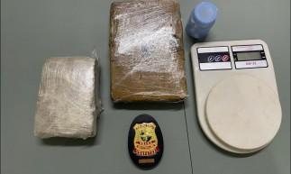 Dois tabletes de maconha, uma balança de precisão e dois papelotes de cocaína foram encontrados escondidos no telhado de uma casa