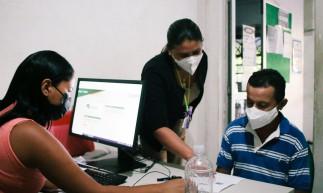 FORTALEZA, CE, BRASIL, 14-06-2021: Mutirão de cadastro para a vacinação contra COVID-19, no CRAS da João Pessoa. (Foto: Fernanda Barros/ Especial para O Povo)