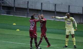 Zagueiro Vitão comemora gol no jogo Ferroviário x Santa Cruz, na Arena Castelão, pelo Campeonato Brasileiro Série C