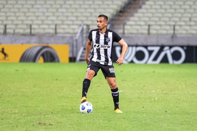 Meia Lima com a bola no jogo Ceará x Fortaleza, na Arena Castelão, pela Copa do Brasil 2021 (Foto: Felipe Santos/CearaSC)