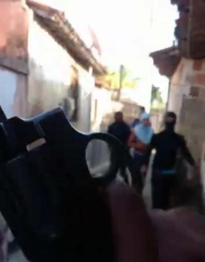 Frame de vídeo gravado por criminosos em que invadiam ruas do bairro Tapabuazinho ameaçando rivais