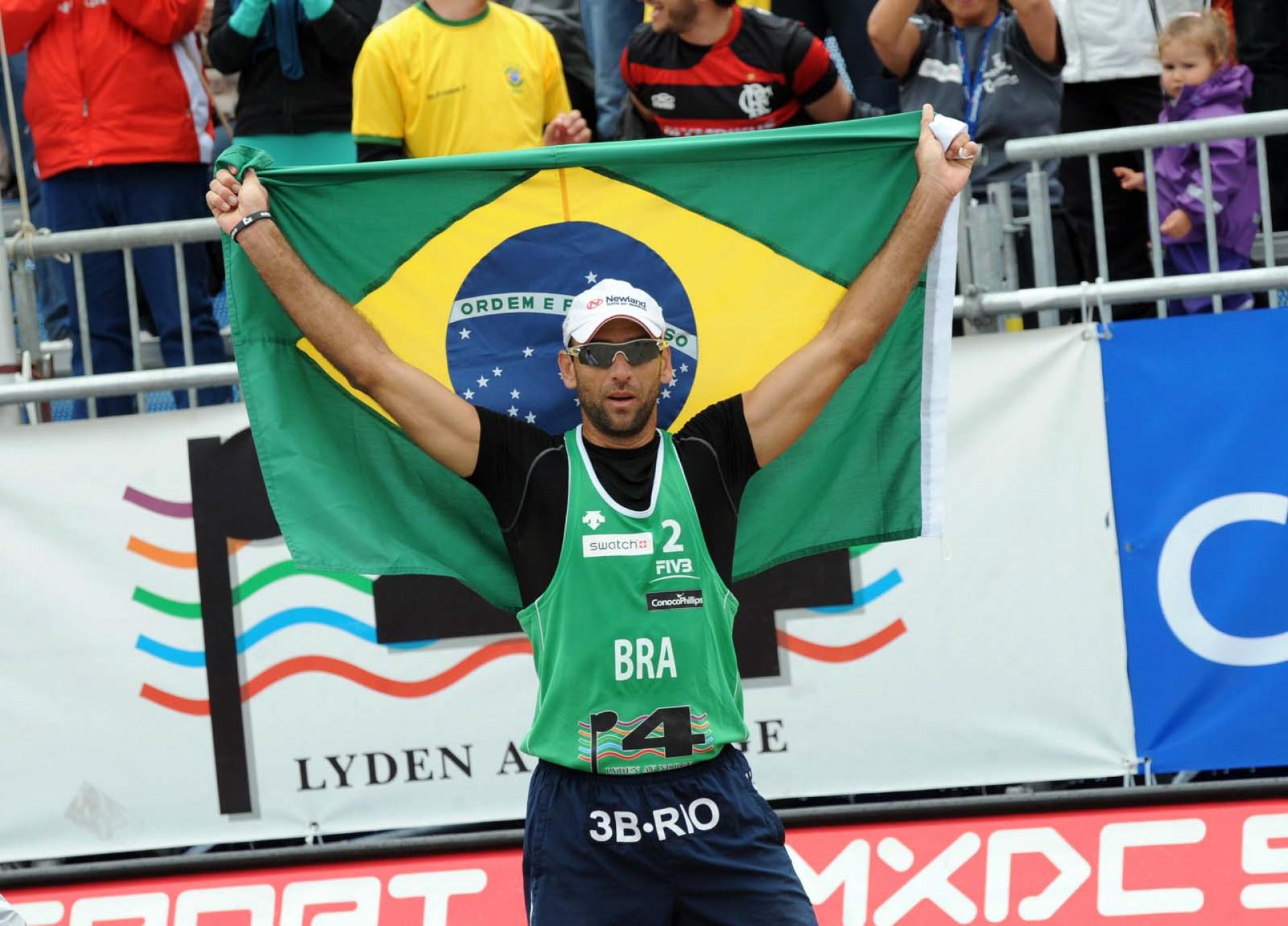 Marcio Araújo comemora conquista em 2011(Foto: MAURICIO KAYE)