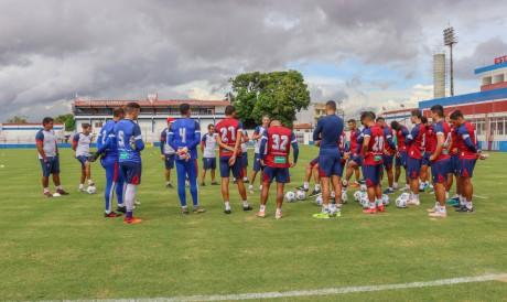 Jogadores e comissão técnica conversam no campo em treino do Fortaleza no Centro de Excelência Alcides Santos, no Pici