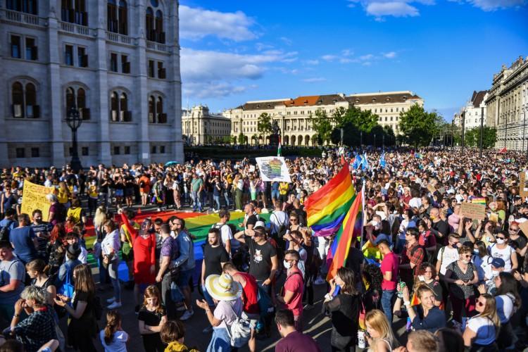 Manifestação contra o projeto de lei do governo húngaro que visa proibir a