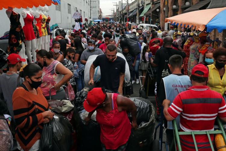 People walk at a popular shopping street amid the coronavirus disease (COVID-19) outbreak in Sao Paulo, Brazil December 17, 2020. REUTERS/Amanda Perobelli (Foto: REUTERS/Amanda Perobelli)