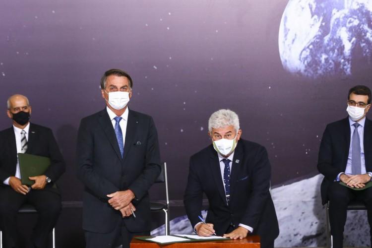 O presidente Jair Bolsonaro e o ministro de Ciência, Tecnologia e Inovação, Marcos Pontes, durante cerimônia de assinatura de acordo com os EUA para participar do Programa Lunar Nasa Artemis. (Foto: Marcelo Camargo/Agência Brasil)