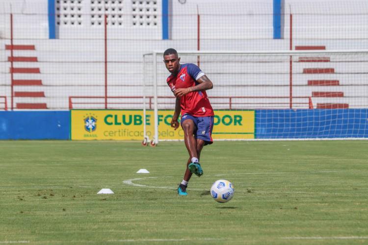 Zagueiro Marcleo Benevenuto com a bola em treino do Fortaleza no Centro de Excelência Alcides Santos, no Pici (Foto: Leonardo Moreira / Fortaleza EC)
