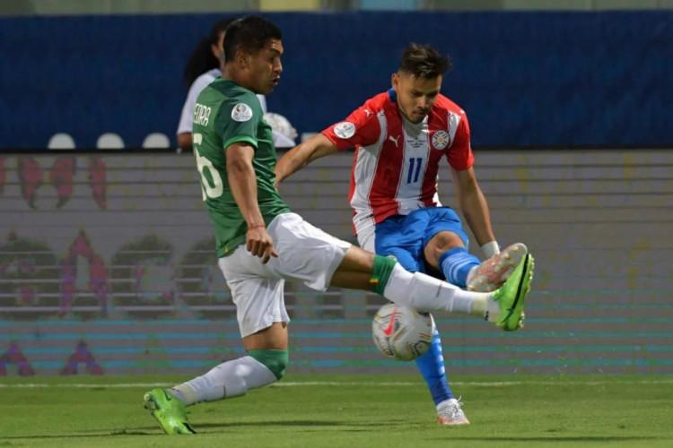Romero decidiu e o Paraguai venceu a Bolívia (Foto: Nelson Almeida / AFP)