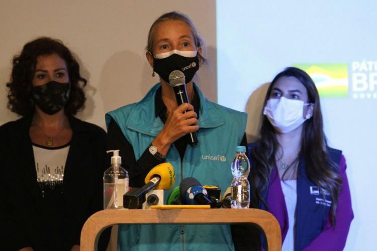 Guarulhos (SP) - Pronunciamento da representante da UNICEF no Brasil, Florence Bauer, após a chegada do carregamento de 3,8 milhões doses da vacina AstraZeneca no Aeroporto Internacional de Guarulhos. (Foto: Rovena Rosa/Agência Brasil)