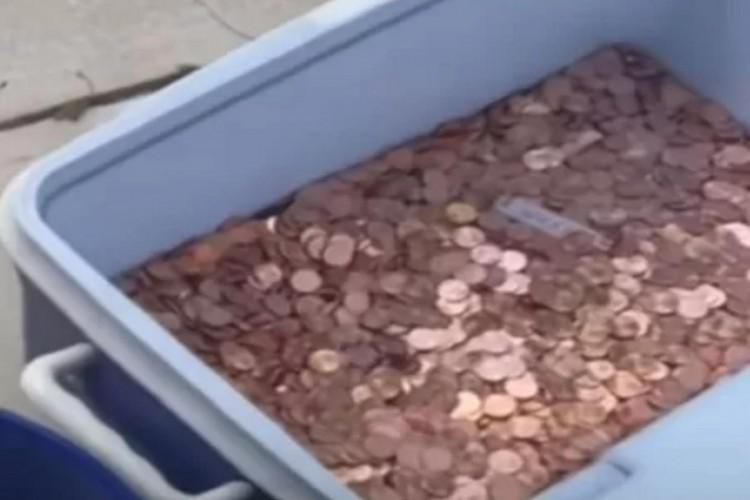 80 mil moedas foram despejadas por um pai que devia o pagamento de pensão alimentícia para a filha, na Virgínia  (Foto: Reprodução/UOL)