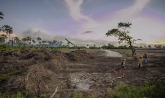 CAUCAIA em 15 de Junho de 2021, Area da tribo indigena Tapeba, aonde esta sendo desmatada por tratores. Em dstaque menbros da tribo andando no local. (Foto Aurelio Alves/O Povo)