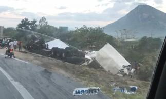 Caminhão com carga de guarda-roupas tomba em Itapajé