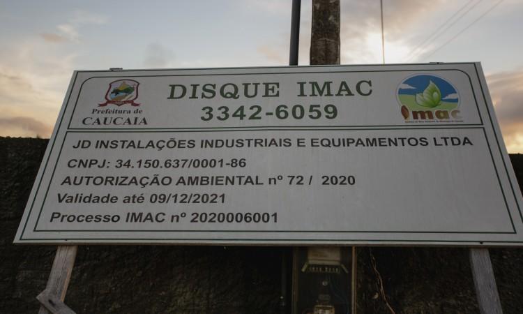 CAUCAIA, CE, BRASIL, 15-06.2021: placa de autorização ambiental emitida pelo IMAC