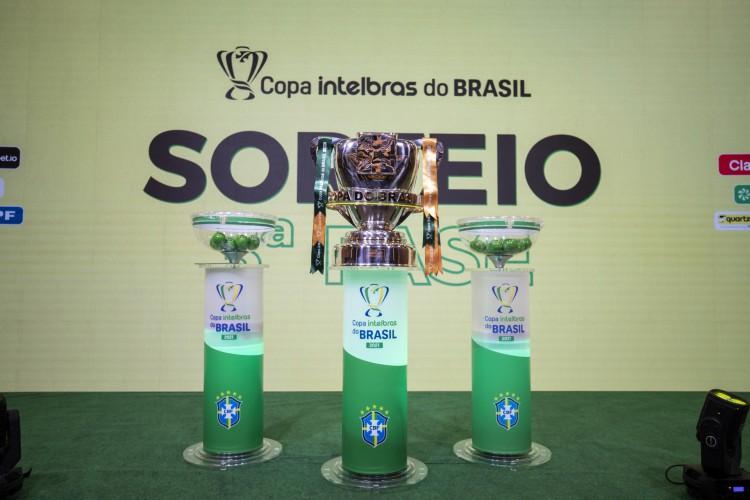 Taça da Copa do Brasil 2021 em sorteio na sede da CBF, no Rio de Janeiro (Foto: Thais Magalhães/CBF)