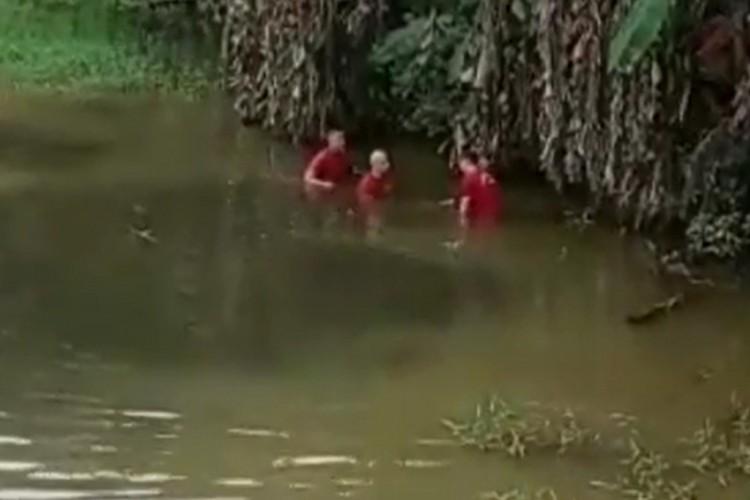 Momento em que o corpo foi encontrado pelos militares (Foto: CBMCE/Reprodução)