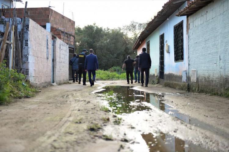 Acompanharam Sandro Caron na vista o delegado-geral da Polícia Civil e o comandante do batalhão que atua em Caucaia  (Foto: Divulgação/SSPDS)